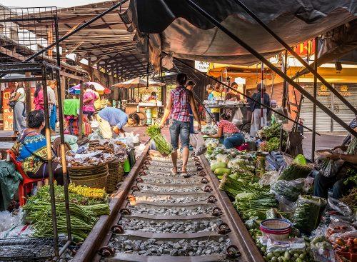عبور قطار از بازار مائکلونگ در تایلند